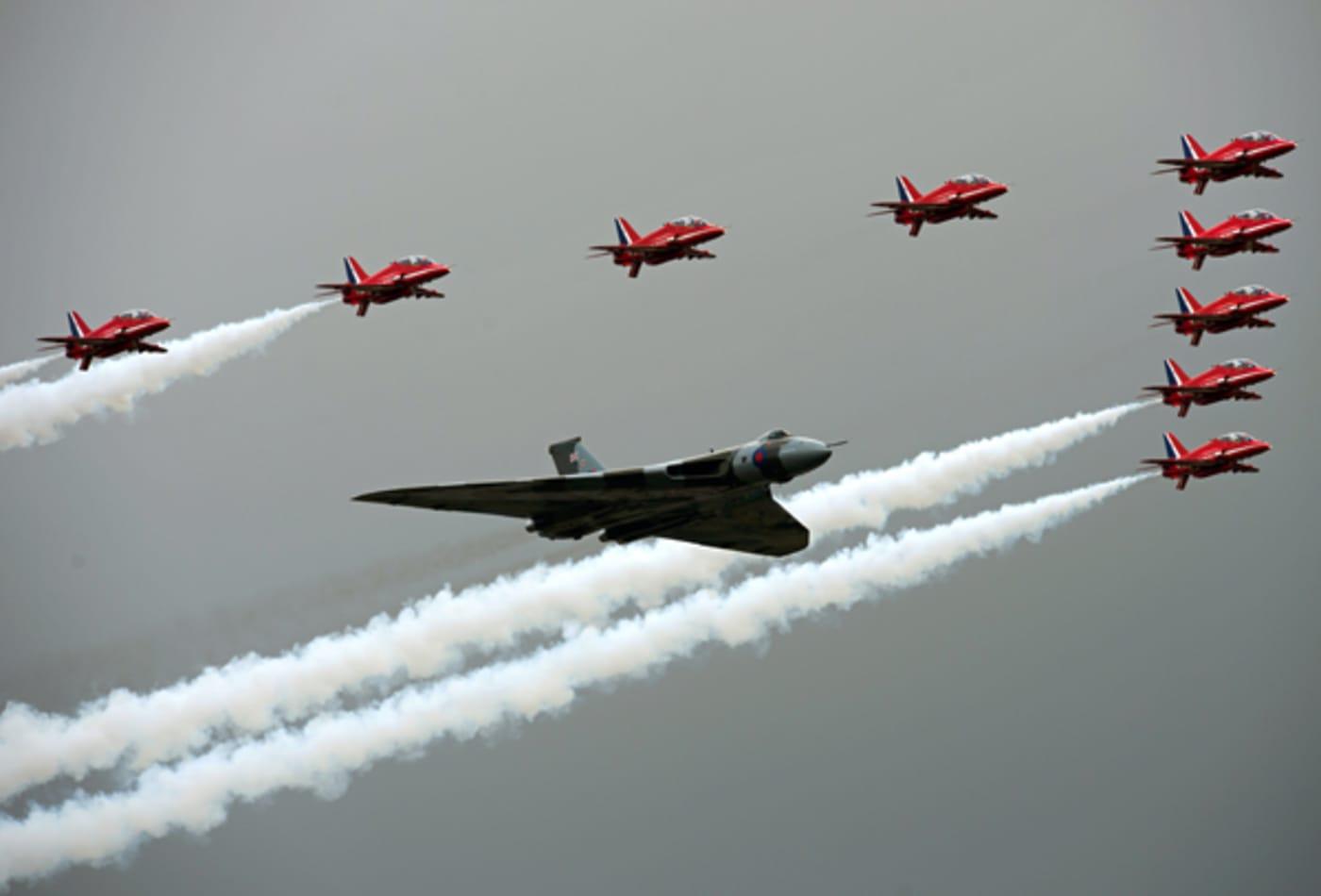 Red_Arrows_Vulcan_Farnborough.jpg