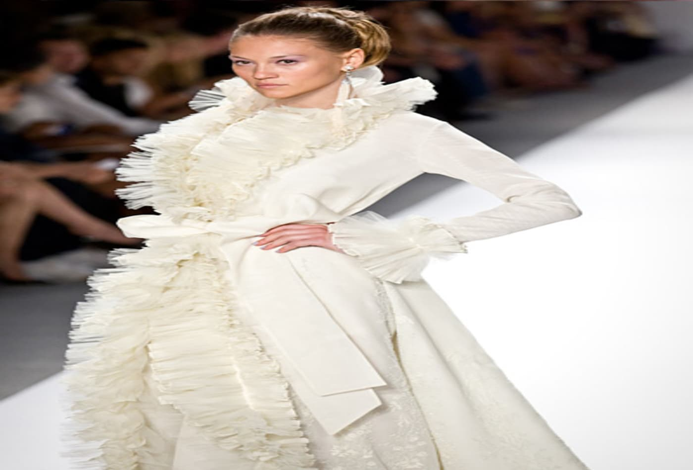 Mercedes-Benz-Fashion-week-2012-zang-toi-model-white.jpg